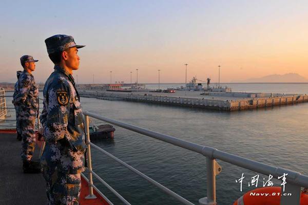 图为11月26日,辽宁舰从青岛某军港解缆起航,图为离码头时舰员在甲板分区列队。摄影:张凯