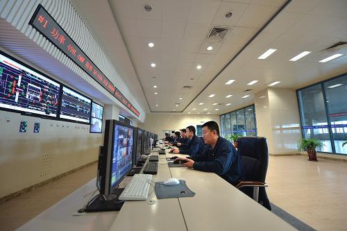 12月6日,在辽宁朝阳燕山湖发电厂中心控制室,工作人员在监控电厂的各项运营情况。新华社记者 白铁军 摄