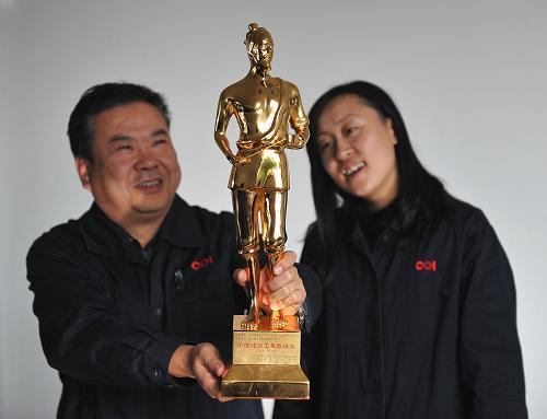 12月6日,辽宁朝阳燕山湖发电厂的员工在欣赏鲁班奖奖杯。新华社记者 白铁军 摄
