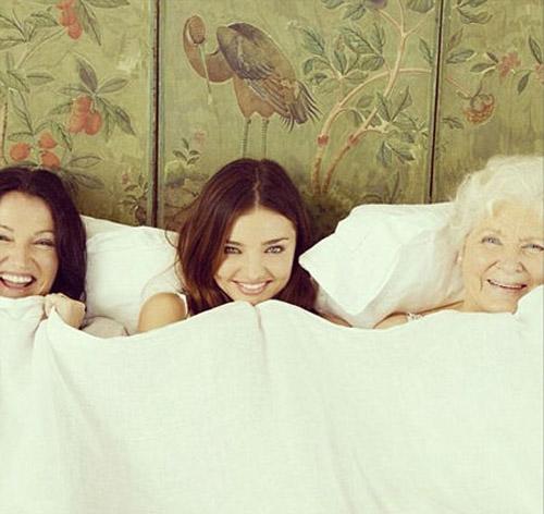 米兰达・可儿大秀与母亲祖母同床温暖照
