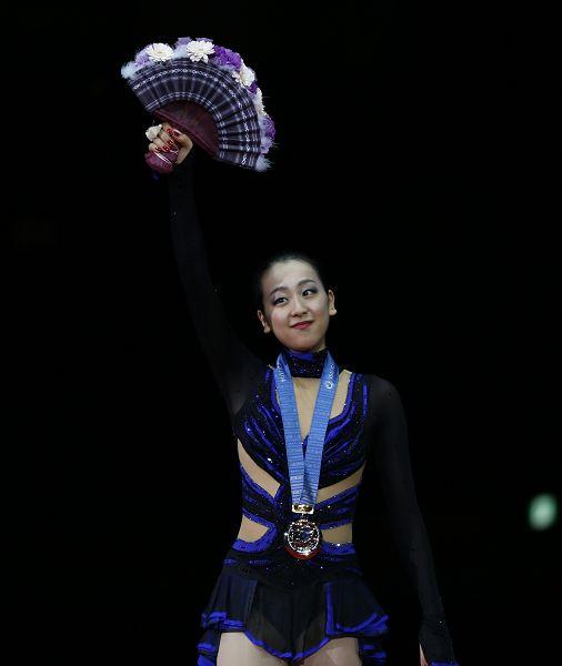 图文:花样滑冰总决赛女单 浅田真央展示奖杯