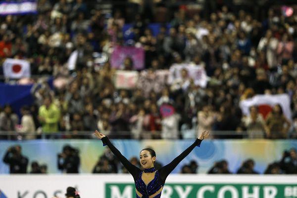 图文:花样滑冰总决赛女单 浅田真央张开双臂