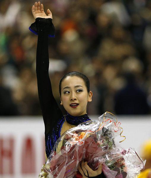 图文:花样滑冰总决赛女单 浅田真央挥手致意
