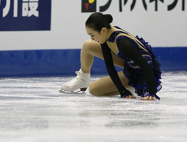 图文:花样滑冰总决赛女单 浅田真央摔倒在地