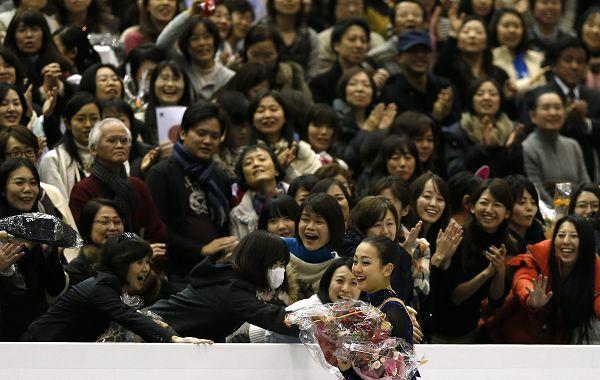 图文:花样滑冰总决赛女单 浅田真央粉丝众多