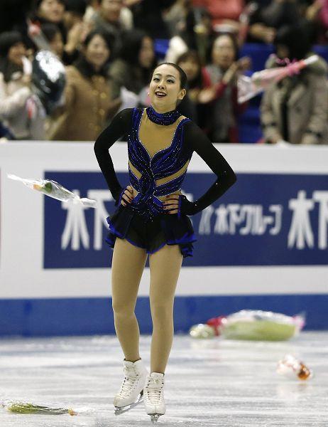 图文:花样滑冰总决赛女单 浅田真央赛后放松