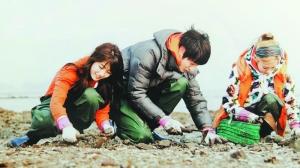《青春不败2》中,miss a的秀智(左)在泥滩上努力干活.