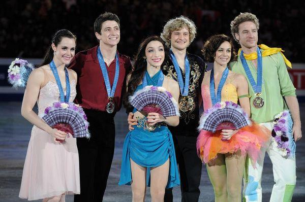 图文:花滑总决赛美组合冰舞夺冠 颁奖合影