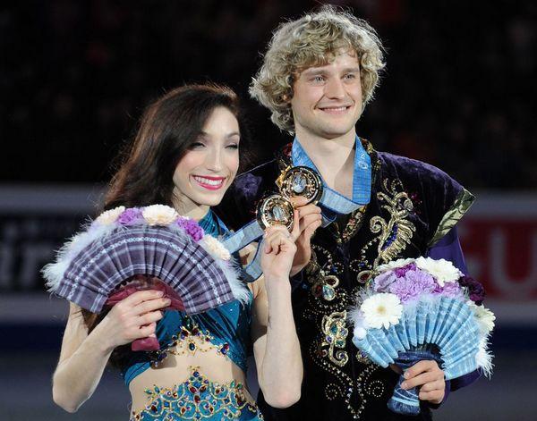 图文:花滑总决赛美组合冰舞夺冠 手持折扇