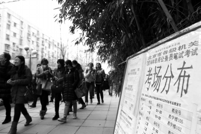 上午11时,北京电子科技职业学院考点,考生走出考场。京华时报王海欣摄