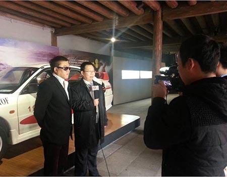 图2:龙蟠石化石俊峰总经理与车手谢雨均接受记者采访