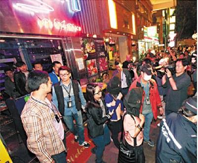 在卢押道娱乐场所被捕的印佣,俱蒙头被押上警车。来源 香港《文汇报》