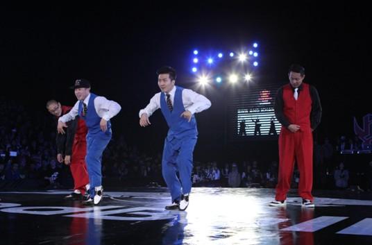 从左至右:韩国达人秀冠军POPPING J、亚军MOON、KHAN、冠军CRAZY KYO