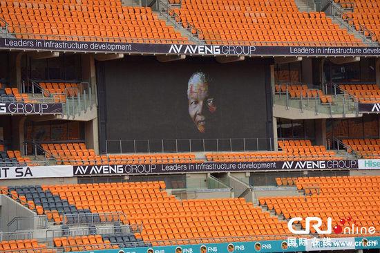 12月9日,在南非约翰内斯堡,曼德拉官方追悼会将于10日在FNB体育场举行,相关准备工作正在进行中。 图片来源:ALEXANDER JOE/CFP