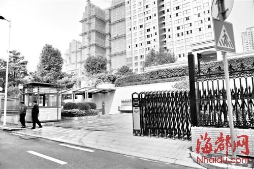 事发福州永兴郦江小区的大门