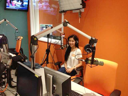周玲安接受香港凤凰卫视电台专访中