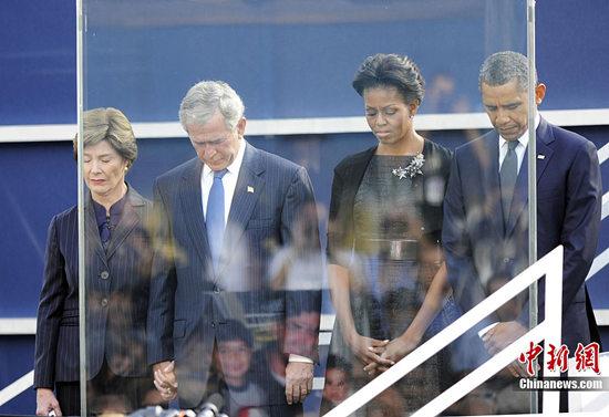 图为奥巴马抵达南非参加曼德拉葬礼,出机舱时夫人不给撑伞只能淋雨。