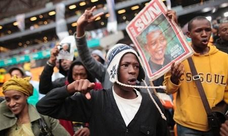 南非民众聚集南非FNB体育场,参加曼德拉追悼大会