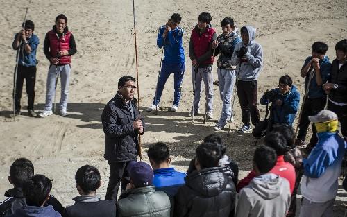 图文:西藏举行雪崩救援培训 次洛讲解救援知识