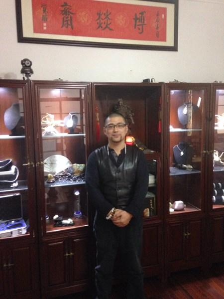 上海博燚斋玉石会所创办人,本书作者—老狼(彭凌燕)先生