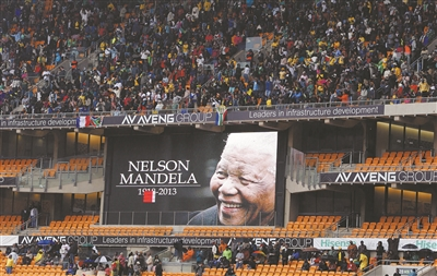 大雨中数万人齐聚一堂悼念曼德拉- 全世界都来和他告别(组图)