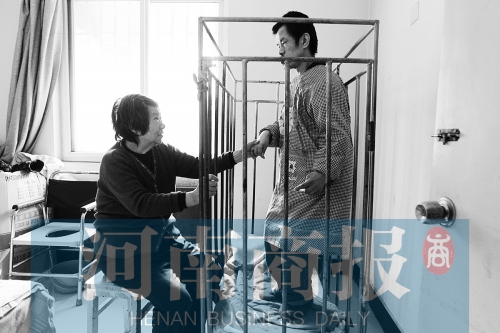 一天24小时,彭伟庆都只在铁笼里活动
