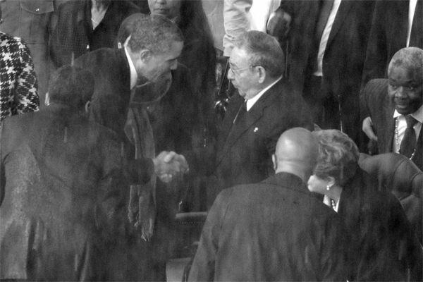 媒体10日捕捉到美国总统奥巴马与古巴领导人劳尔・卡斯特罗握手的画面。