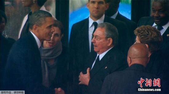 奥巴马和古巴领导人握手