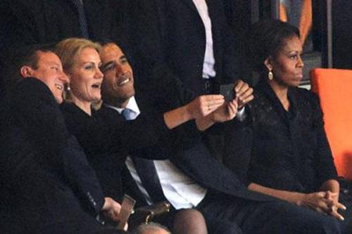 奥巴马、卡梅伦和丹麦女首相在在曼德拉追悼会上玩自拍(网页截图)