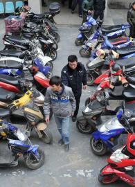 12月10日,成都交警二分局民警挡获一批无证无牌的摩托。