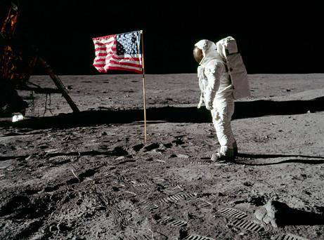 资料图:美国宇航员登月照片