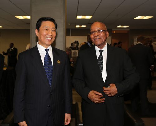 12月11日,南非总统祖马(右)在比勒陀利亚会见作为习近平主席特别代表出席曼德拉葬礼的国家副主席李源潮。 新华社发