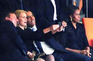 奥巴马追悼会上玩自拍
