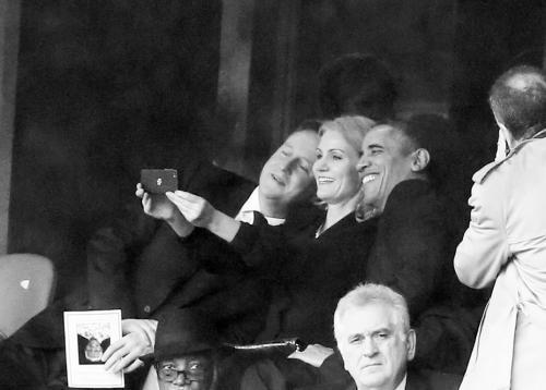 卡梅伦、施密特与奥巴马三人自拍。