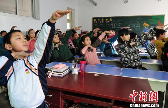 中新网石家庄12月11日电(记者 陈林)在中国雾霾污染最为严重的城市之一河北省会石家庄,一位叫李朝冉的9岁小学生知道什么是PM2.5,甚至能够说出雾和霾之间的区别及危害。而他所在的石家庄市光明路小学,也因一套独创的室内防霾武术健身操而引发媒体关注。   当前河北空气污染问题十分突出。中国环保部今年多次公布京津冀等74个城市空气质量状况,空气质量最差排名前10位的城市中,河北省上榜城市每每超过半数。   石家庄市教育局下发通知,要求学校在雾霾天里取消户外体育活动。记者此前在石家庄市内不同学校多次看到,