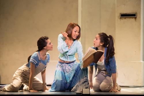 剧照:女主角索菲和两个闺蜜