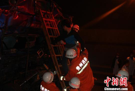 救援人员救出被困者。 欧洋舰 摄