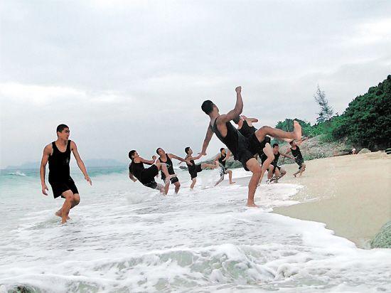 保镖学员们在海边进行体能训练