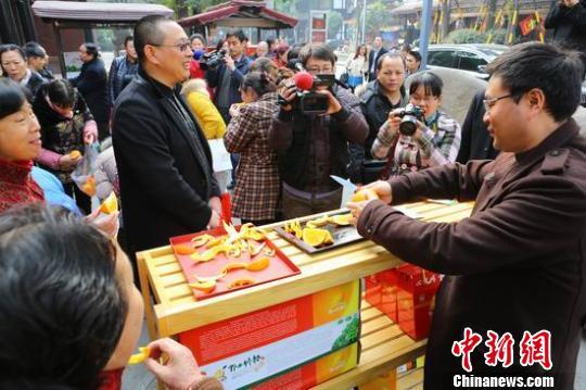 """成都市民纷纷抢购义卖""""邻水脐橙"""",都想为孩子们的温暖送去自己一点心意。 王爵 摄"""