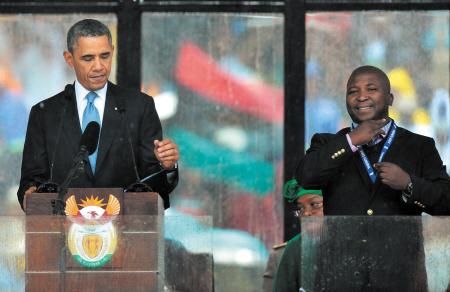 曼德拉官方追悼会,奥巴马致辞,旁边是冒牌的手语翻译。CFP供图