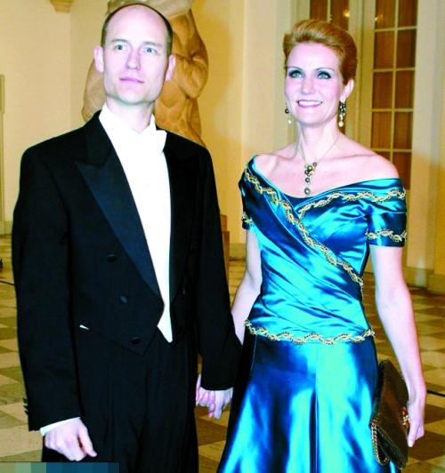 在曼德拉的追悼会上,美国总统奥巴马、英国首相卡梅伦和丹麦首相施密特玩起了3人自拍,这一举动招来了大量批评。卡梅伦和施密特已出面回应此事,努力为自己辩白。