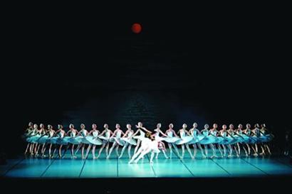 上海 敖德萨/乌克兰敖德萨国家歌剧院芭蕾舞团主演的《天鹅湖》剧照。资料