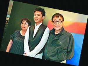 刘家昌和甄珍35年婚姻面临破裂,儿子刘子千(中)避谈父母婚变。(资料图片)