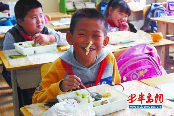 云南 大名路/大名路小学学生们在吃午餐资料照片。