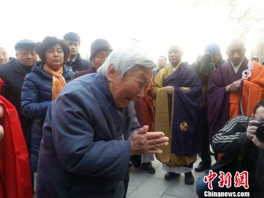 老人乱伦论坛_南京大屠杀幸存者杨翠英老人在上香时嚎啕大哭. 卢辉 摄