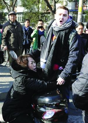 """曾在网络上疯传,并被误读为""""老外被北京大妈讹""""的图片。(现代快报)"""