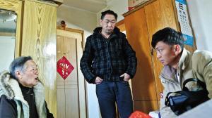 公交公司工作人员(右)看望钱女士和吴先生 王小琴