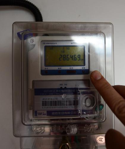 12月13日拍摄的电表实时数据显示,目前高松的电站已累计发电2864.69度。新华社记者 程敏 摄