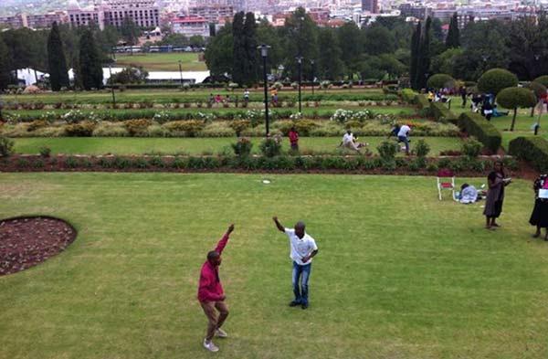 """12月13日中午,黑人青年Khotso在南非总统府前跳起节奏欢快的""""Zabalaza""""舞,以此""""庆祝曼德拉的生命""""。"""
