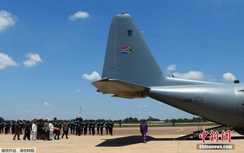 12月14日,曼德拉灵柩由大力神C130运输机空运从比勒陀利亚出发前往东开普省。15日,他的葬礼将在其生活过的库努村以传统习俗隆重举行。
